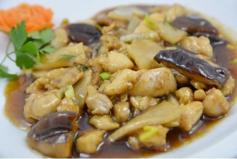 Pollo con bambú y setas chinas